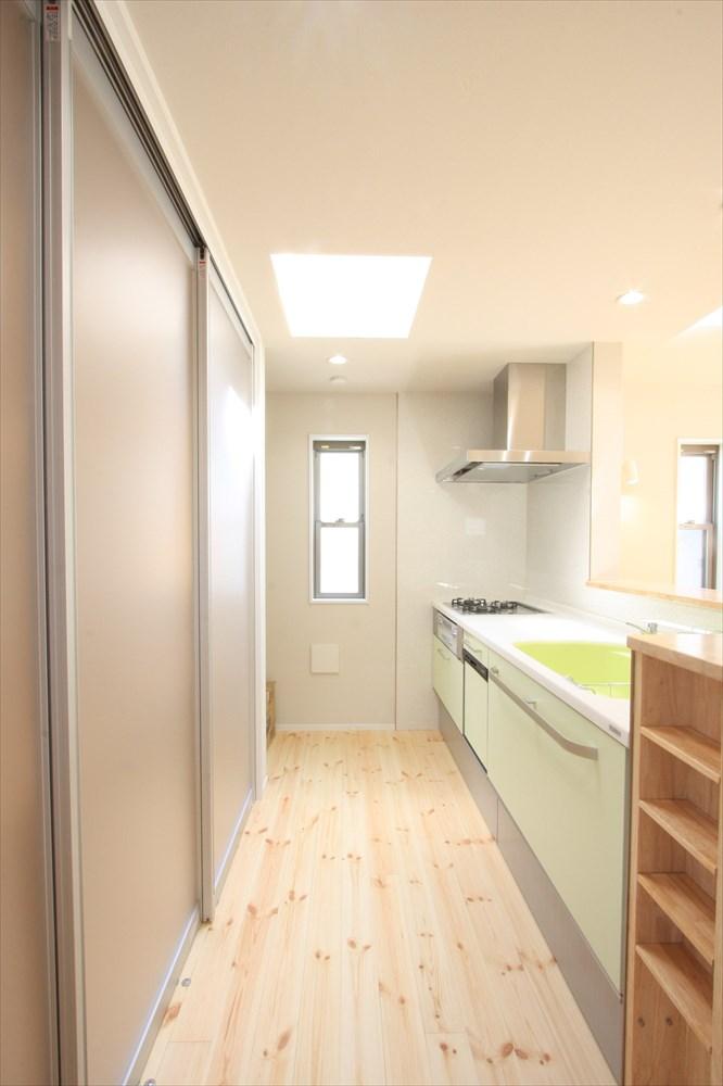 オープンキッチンだからこそ背面収納にはシースルー扉を キッチン 背面収納 住宅リフォーム 背面収納