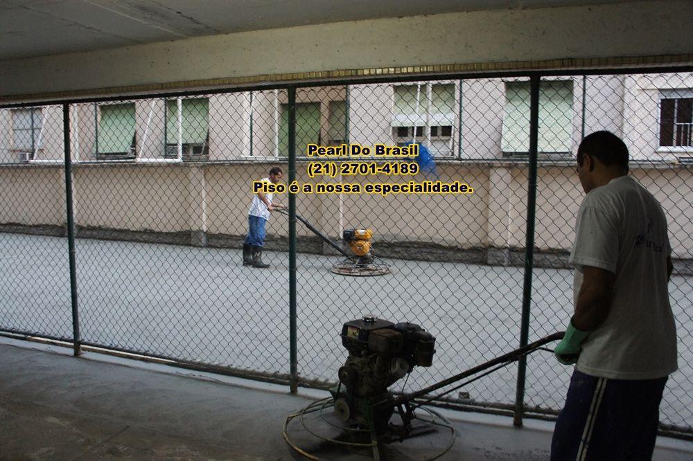 Concreto em piso de quadra esportiva.