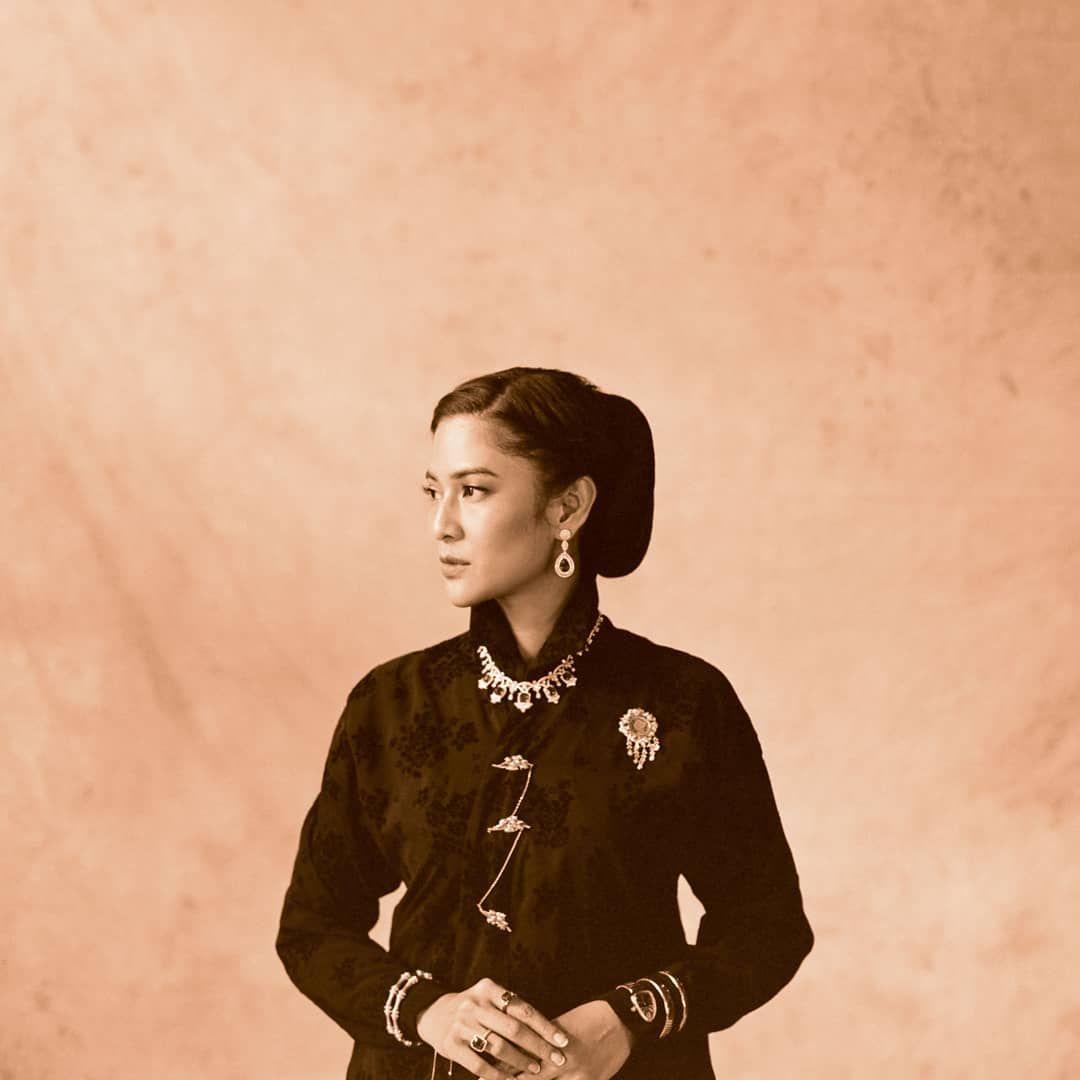 "Photo of Dian Sastrowardoyo on Instagram: ""Channeling Cut Nyak Dien. Tribute to pahlawan-pahlawan perempuan Indonesia. 📷@dikhadheansa 👠@alexandergotama 👘@adninaninda 💄@philipekarunia…"""
