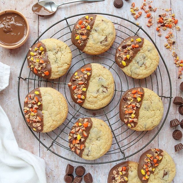 Cookie anyone? If you're a peanut butter cup fan then you will want more than one of these Reese's Peanut Butter Cup Cookies! Get the recipe on thebakingexplorer.com #cookiestagram #reesescups #reesesepeanutbuttercup #peanutbutterlover #peanutbuttercookies #cookblogshare #thebakingexplorer #cookielove #reesespieces #buzzfeastfood #homebaking #dessertporn #peanutbutteraddict #flatlaylove #flatlayfood #flatlayforever @reeses (NOT sponsored) #beautifulcuisines #foodlove #foodfeed #...