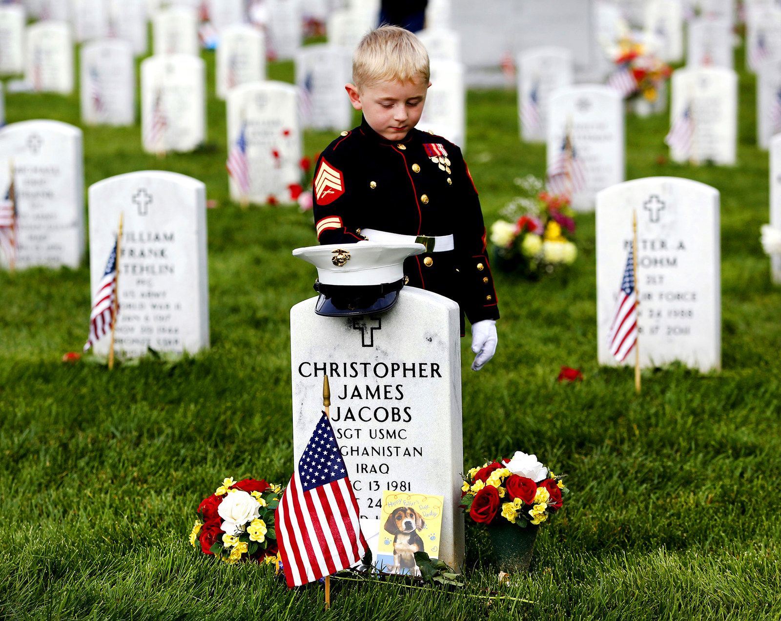 23 Of The Most Powerful Photos Of This Week Memorial Day Military Heroes Military Love