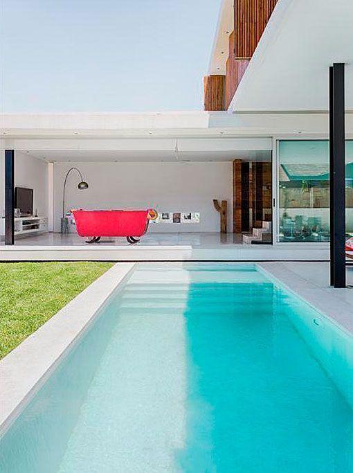 Casa minimalista con piscina jardines en 2019 pinterest for Color de pintura al aire libre casa moderna