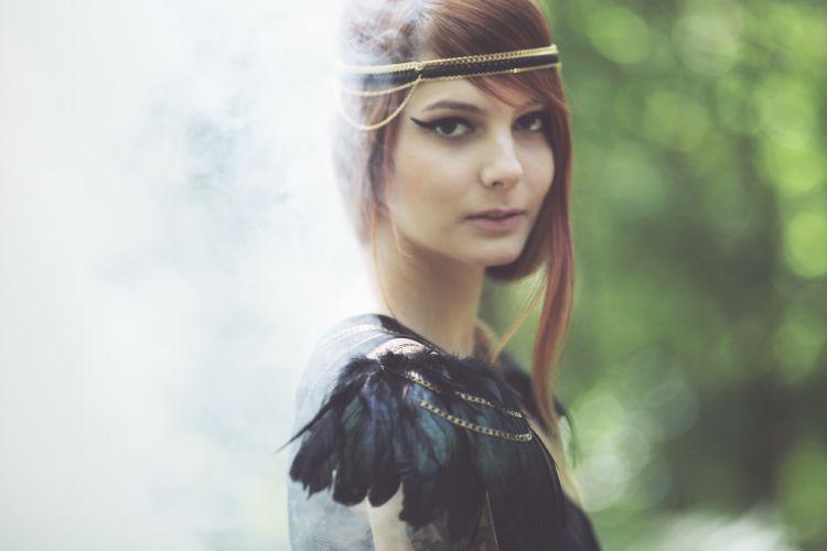 "Chaines d'épaule plumes, cuir et bronze ""Raven"" Naminoe. Chain shoulder feathers, leather and bronze ""Raven""."