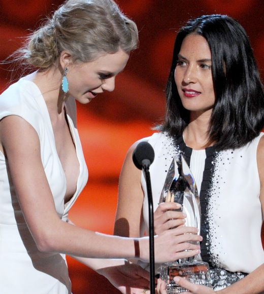 Olivia Munn Kanyes Taylor Swift, People's Choice Awards
