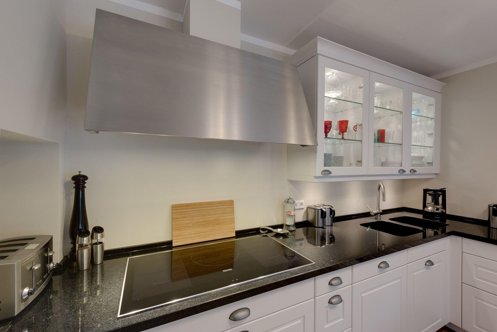 Kochbereich In Weisser Landhauskuche Mit Geraumiger Dunstabzugshaube