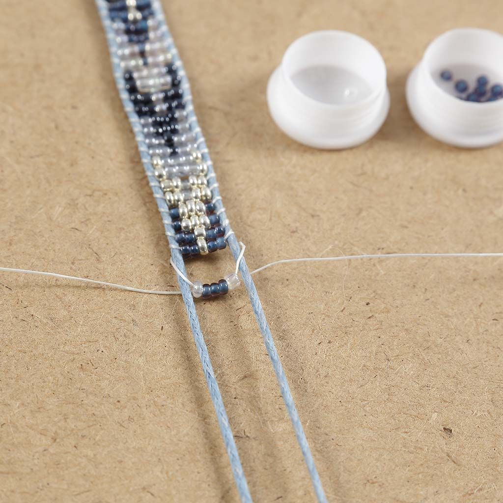 A woven Bracelet with Rocaille Seed Beads | DIY guide