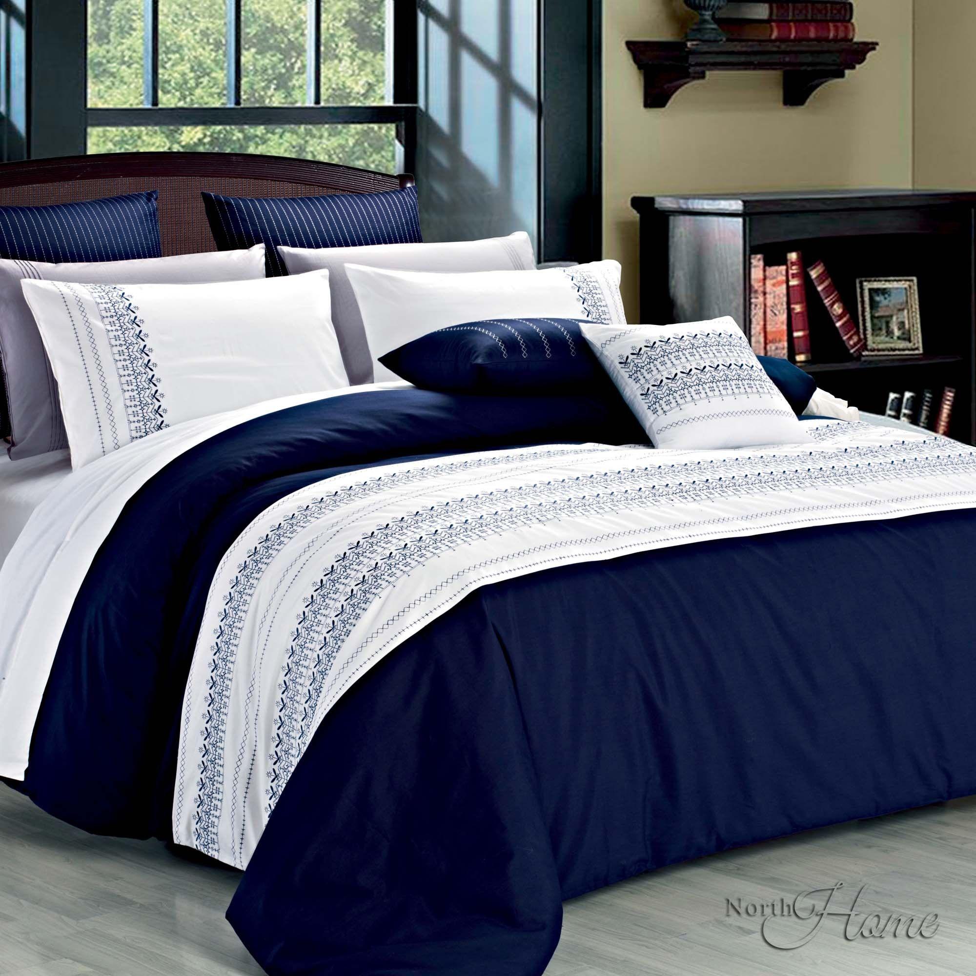 cette housse en bleu marine et blanc est combin e avec une broderie fantaisie d co maison. Black Bedroom Furniture Sets. Home Design Ideas