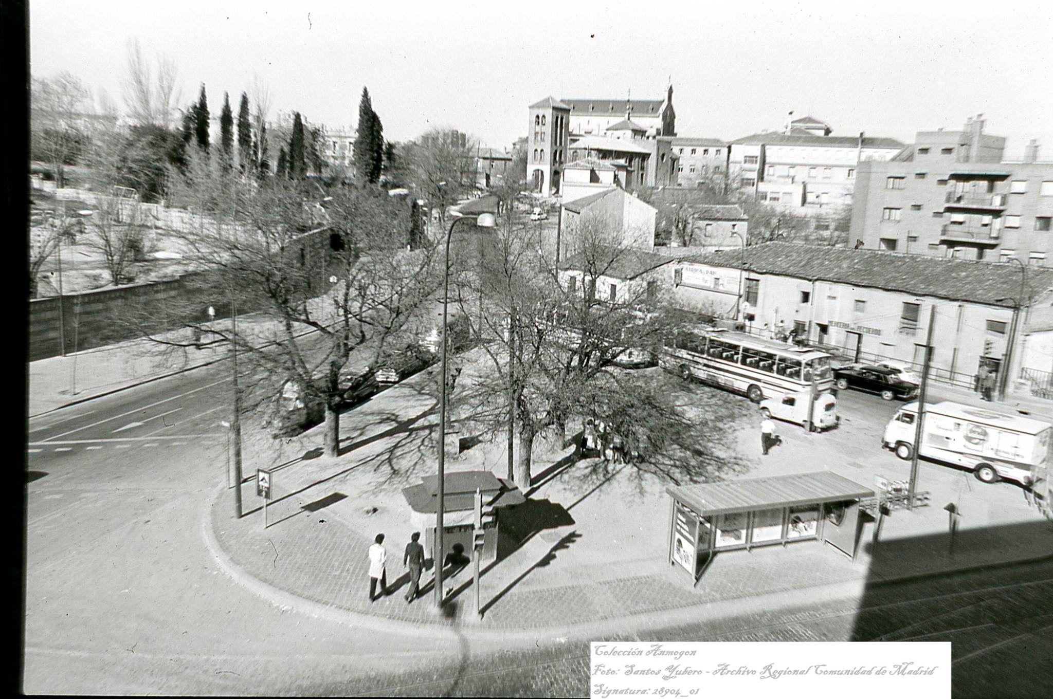 Plaza Duque De Pastrana La Plaza De Mi Colegio En La Parte Inferior La Parada Del Tranvia Autobús Y El Kiosk Imagenes De Madrid Fotografía Antigua Fotografia