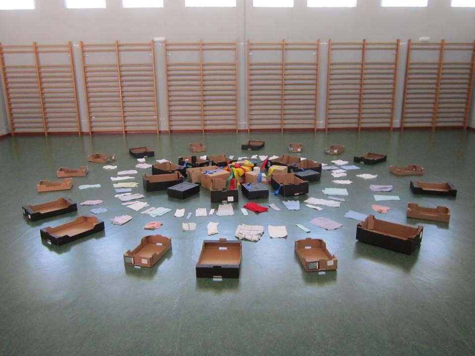 Instalaci n de juego simb lico cajas telas cintas de for Caja de colores jardin infantil
