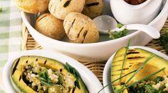 Unwiderstehlich gut: Avocados vom Grill mit Kartoffeln in Salzkruste und Olivensalat | http://eatsmarter.de/rezepte/avocados-vom-grill-mit-kartoffeln-in-salzkruste-und-olivensalat