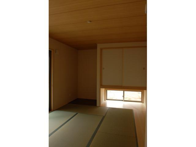Onocom Design Center 6帖のタタミと家具を置ける板の間を設けました。<br /> 押入れ下の窓のおかげで風がよく通る。