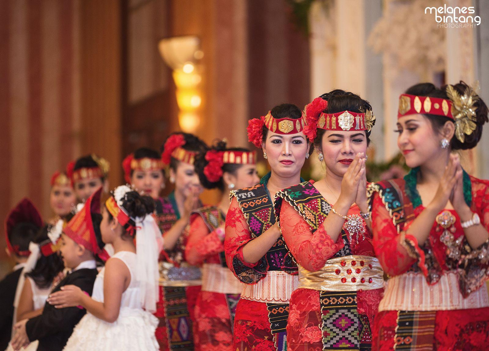 The Traditional Bataknese Wedding Ceremony Http Www Bridestory Com Blog A Beautiful Modern Day Batak Wedding Pengantin Gaya Busana Gambar