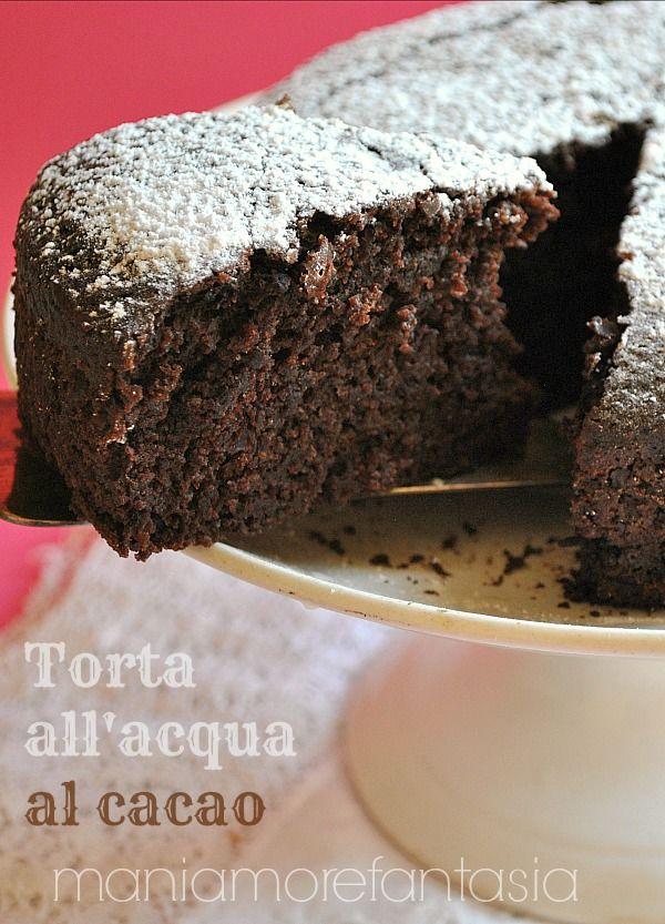 La torta all'acqua è un dolce semplicissimo. Provatela anche arricchita da un po' di cacao per servire una versione cioccolatosa. E' un dolce senza uova.