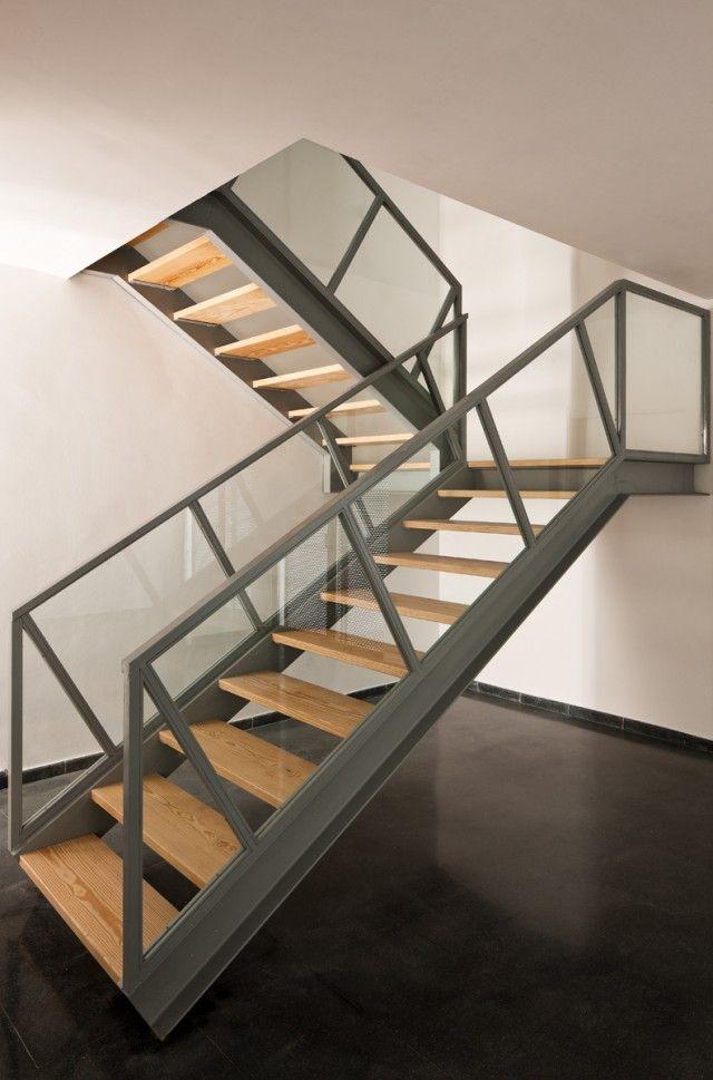 piso de concreto, rodapie negro, escaleras con vigas doble T ...