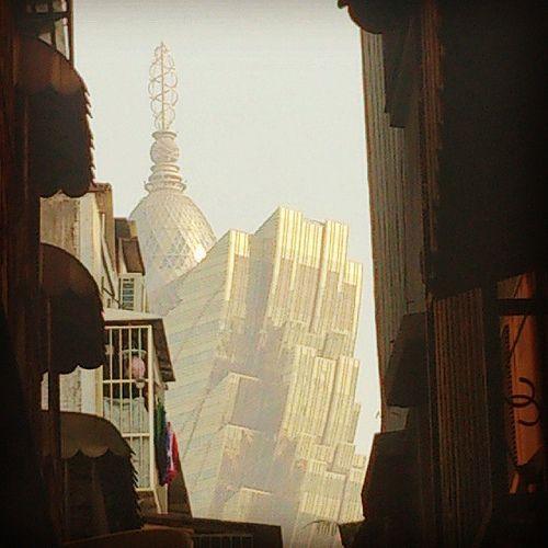 澳門,由營地大街一巷子望向新葡京。