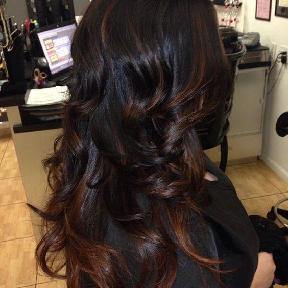Karamell Highlights Auf Schwarzem Haar Highlights Schwarze Haare Haarschonheit Frisuren