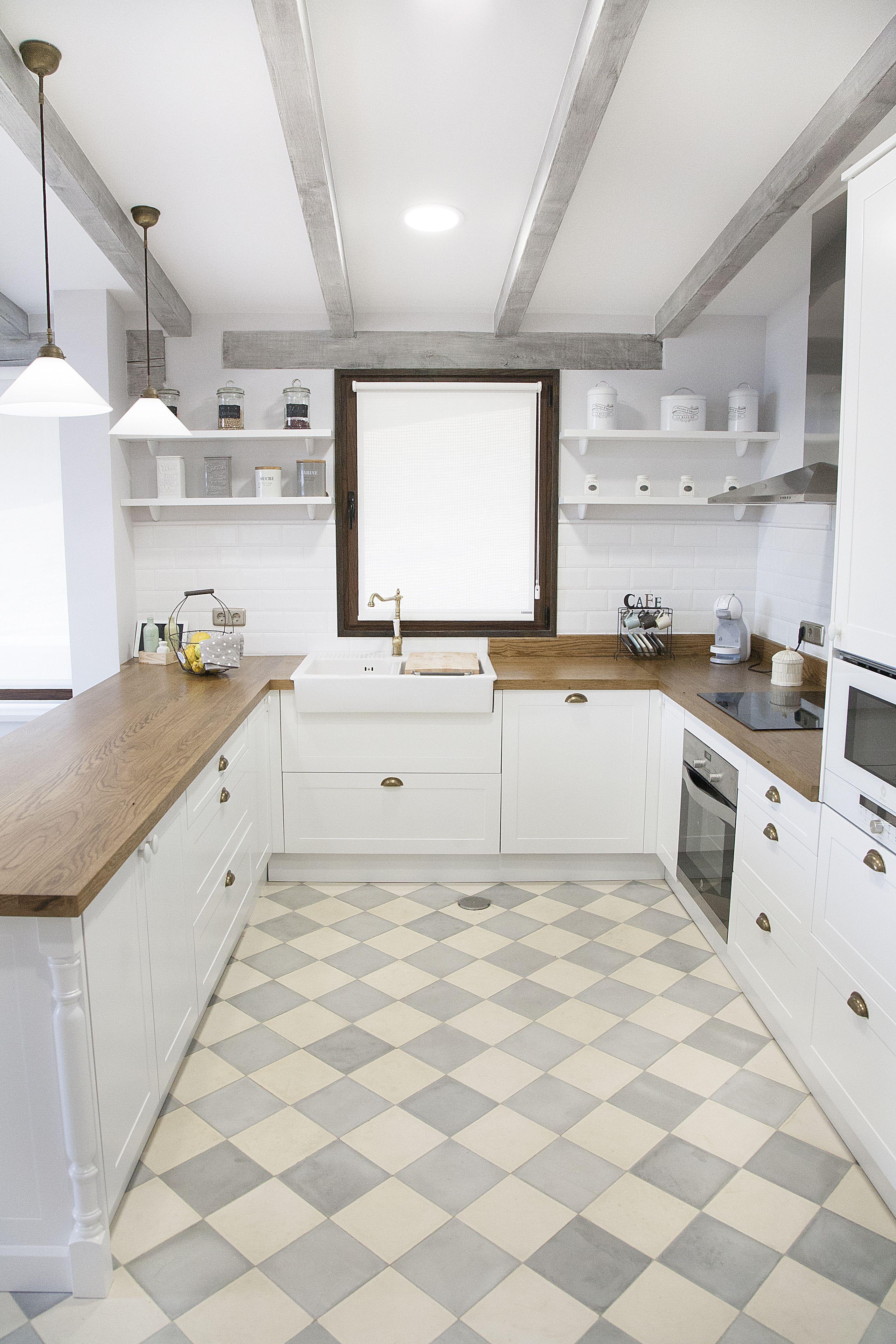 Cocina blanca encimera de madera suelo hidr ulico for Azulejo hidraulico bano