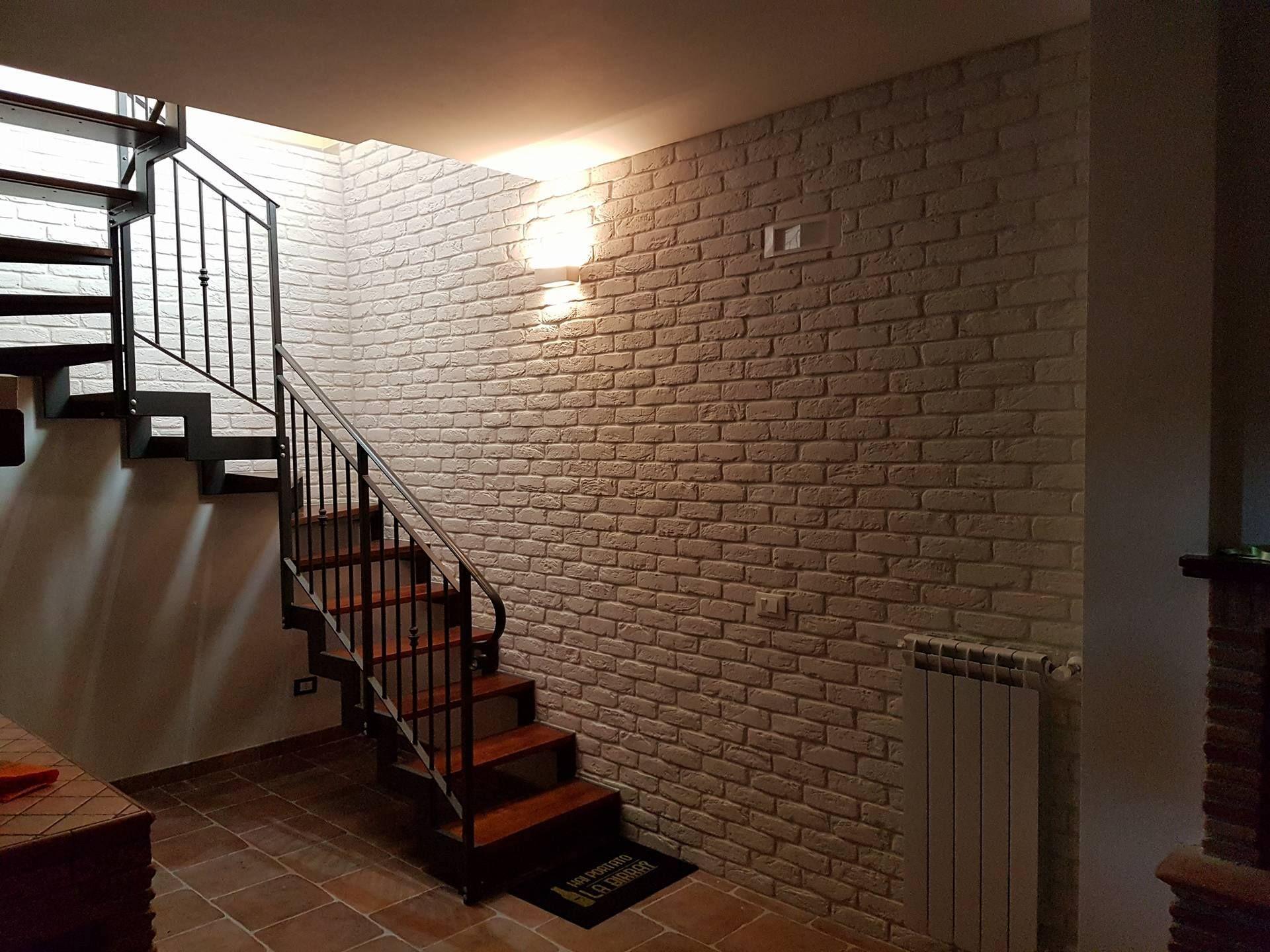 Plafoniere Per Vano Scala : La parete in mattone bianco arreda l invito al vano scala