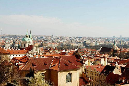 Punaisten kattojen Praha. © Suppura