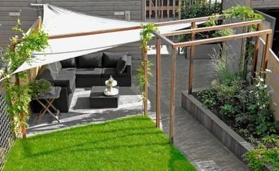 Sehe Dir Das Foto Von Kunstfan Mit Dem Titel Sonnensegel In Dreieckiger Form Als Moderner Sichtschutz Und Sonnensch Garten Patio Garten Zeitgenossischer Garten
