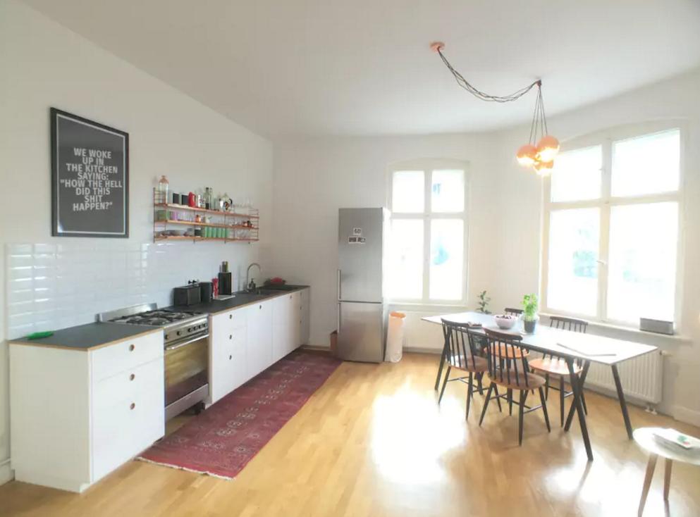 Grosse Helle Wohnkuche In Berliner Designerwohnung Esszimmer
