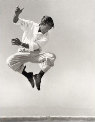 """Samuel George """"Sammy"""" Davis Jr. fue un cantante, músico multi-instrumentista, bailarín, actor y comediante estadounidense. Fue parte del """"Rat Pack"""" que dentro de sus miembros estaban Frank Sinatra, Dean Martin, Peter Lawford y Joey Bishop"""