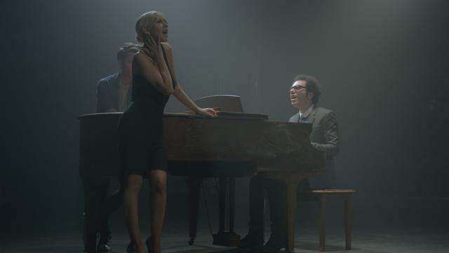 Ik ben aan het kijken naar Say Something van Christina Aguilera op Vevo voor iPhone.