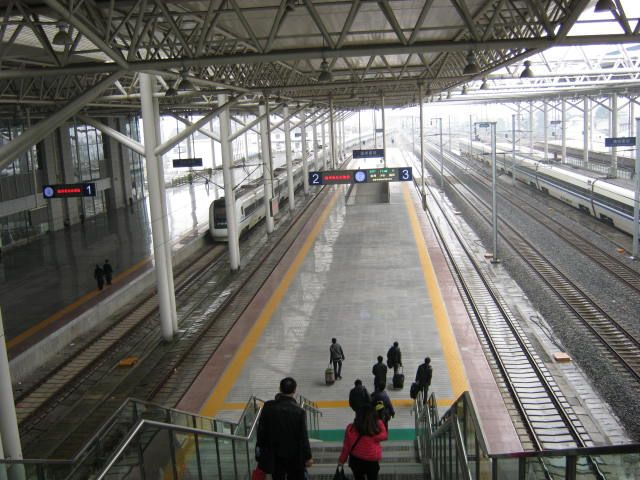 """* Wenzhou, China * """"Wenzhounan Railway Station"""". Platform."""