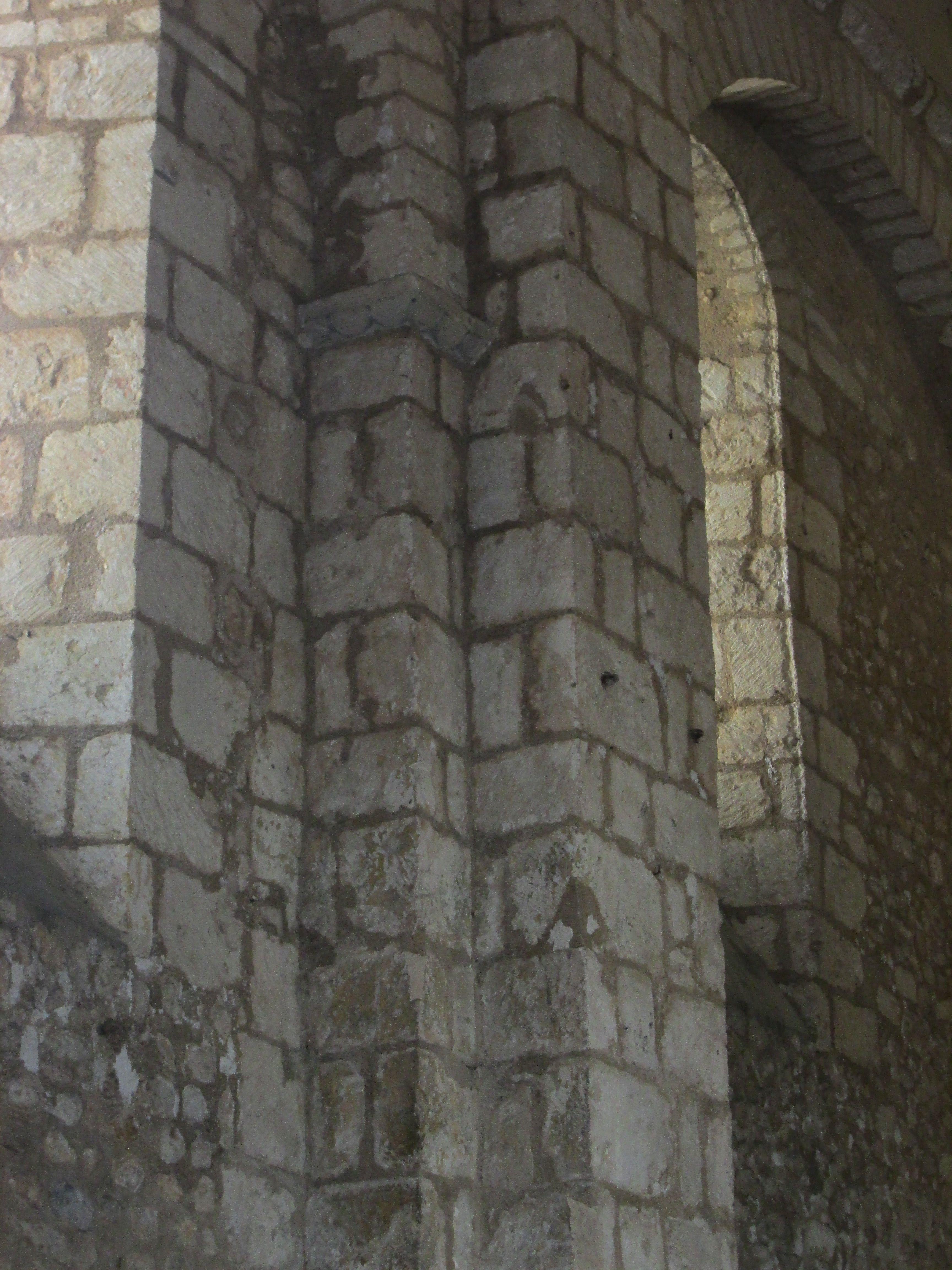 Eglise de St-Benoit (86): la nef, l'appareillage de pierres des murs est en blocage en bas, en réseau en haut, caractère propre au 11°s.- 3) EGLISE DE ST-BENOÎT, LE BATIMENT: Né, semble-t-il, dans le pays d'Herbauge en Bas-Poitou, il sera identifié avec un évêque de Samarie du temps d'Hilaire (4°s). La fête de saint Benoît de Quinçay est le 23 septembre. On parle de St-Benoît-de-Quinçay jusqu'au début du 15°s. Puis on se contentera de dire: Saint-Benoît.