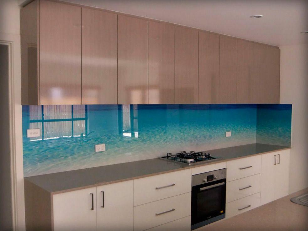 такого картинки кухни со стеклянной стеновой панелью что