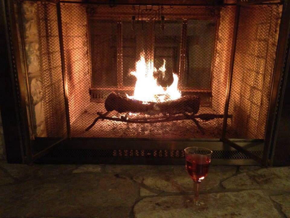 Largas horas disfrutando de la chimenea, el wine y la plática con la mejor compañía!
