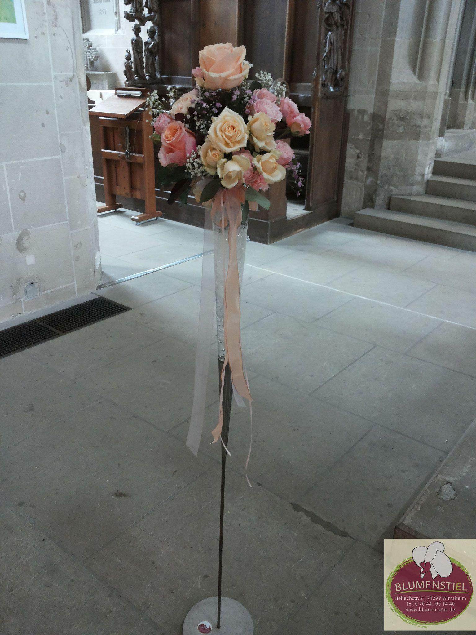 Glasstander Mit Blumengesteck Im Farbschema Apricot Koralle Perfekt Als Raumschmuck In Der Kirche Oder Blumen Gestecke Blumengestecke Blumengestecke Hochzeit