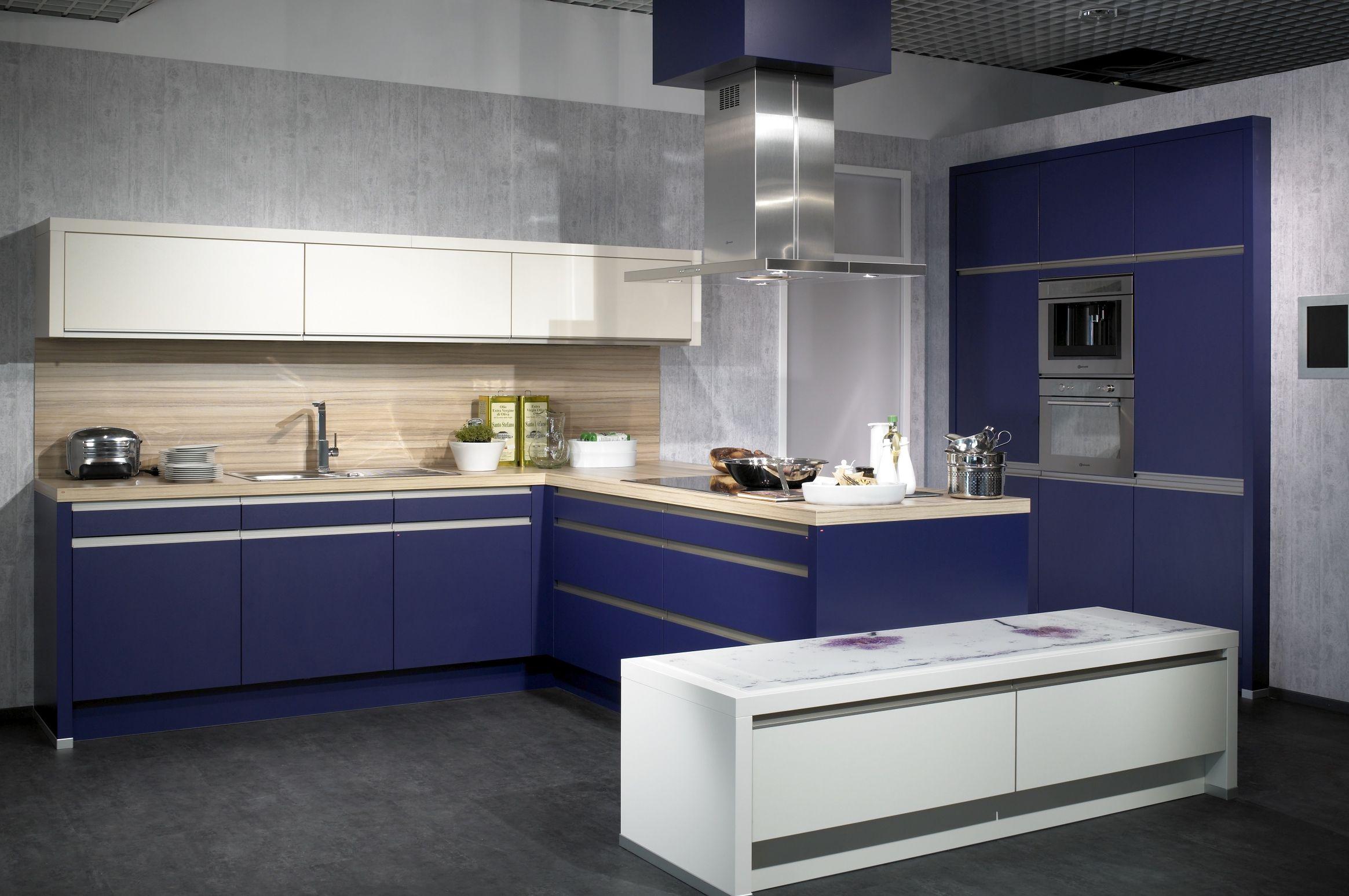 cocina en azul y blanco con detalles en madera natural