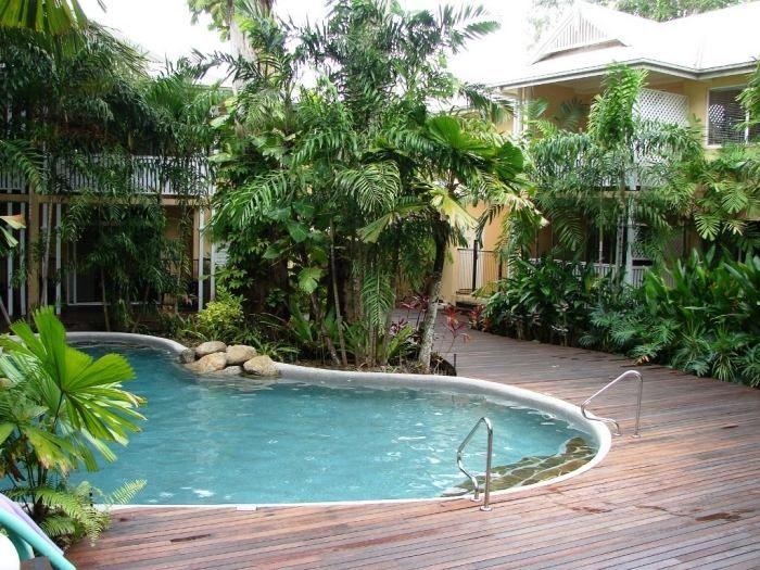 Schwimmbecken in ovaler form poolumrandung aus holzdielen for Ovaler pool garten