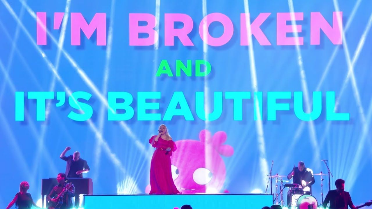 Kelly Clarkson Broken Beautiful From The Movie Uglydolls Billboard Music Awards Performance You Billboard Music Awards Billboard Music Kelly Clarkson