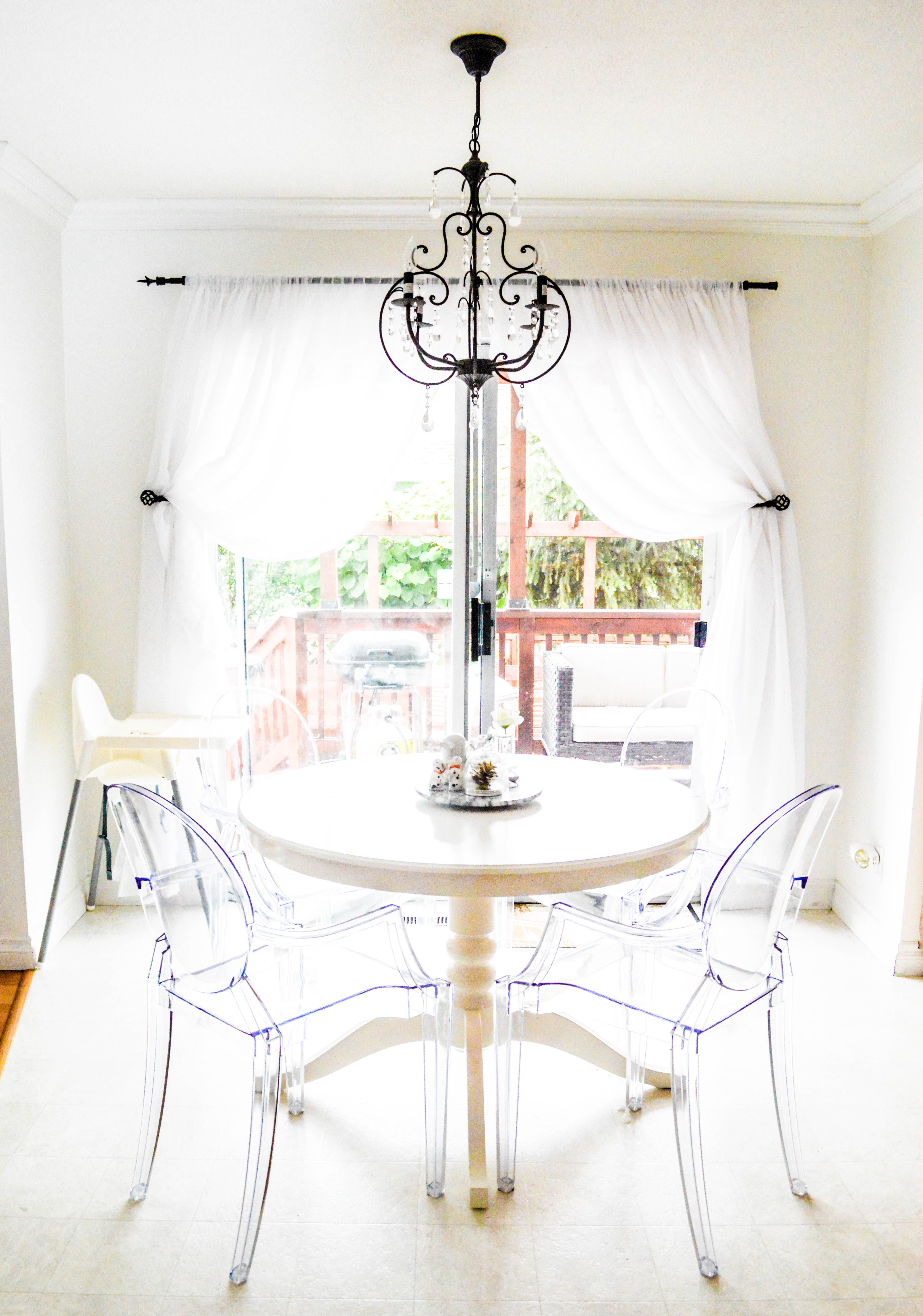 Kitchen / eating area | white | round extendable table ...
