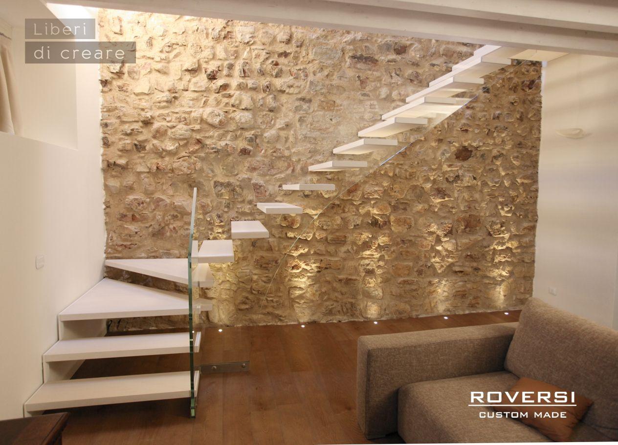 Scala a sbalzo su muro in pietra | Scale moderne, Muri in ...