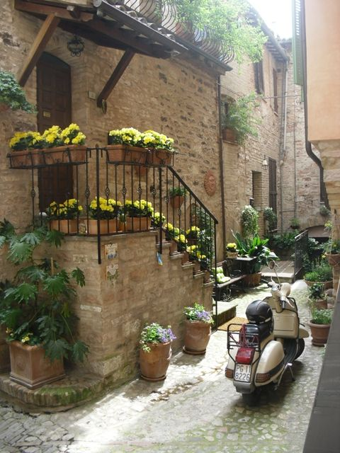 Alley (Assisi, Umbria, Italy)
