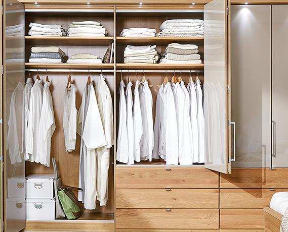 Holz Im Ankleidezimmer Lasst Den Raum Warm Und Freundlich Wirken Begehbarerkleiderschrank Ankleidezim Begehbarer Kleiderschrank Kleiderschrank Ankleidezimmer