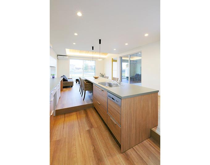 ダイニングテーブルと一体化した機能的キッチン 機能的 キッチン