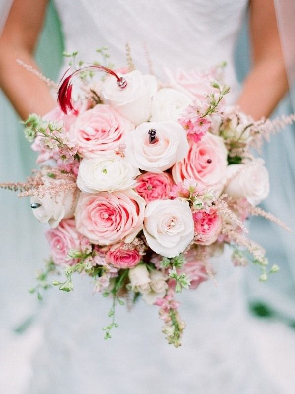 brautstrau mit rosa wei en rosen und gr ne stiele perlenschmuck hochzeit pinterest braut. Black Bedroom Furniture Sets. Home Design Ideas