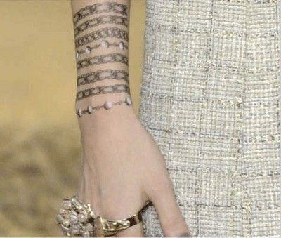 7ff974e2291d Tatuajes de brazaletes para mujeres  Varias cadenas y pulseras ...