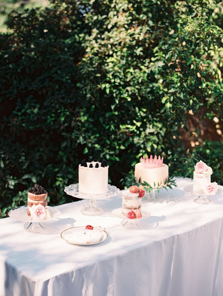 Wedding cake table | fabmood.com #cakedisplays #caketable #pinkcake