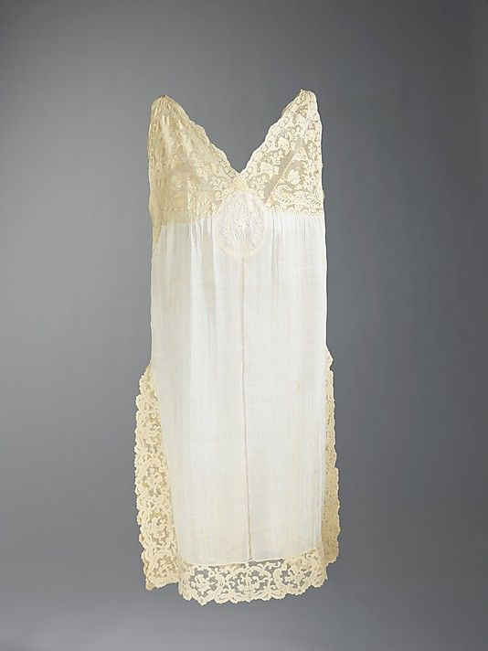 2162d032fa 1915-1925 cotton and linen Nightgown. In addition to two different types of  fine lace trimming