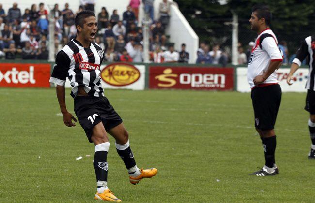 Matías Faguaga festeja una de sus dos conquistas en el partido decisivo del Torneo Clausura.