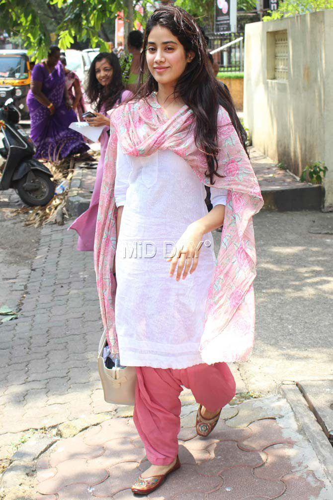 a59daa4300 Photos: Jhanvi Kapoor looks pretty in a traditional outfit | my ...