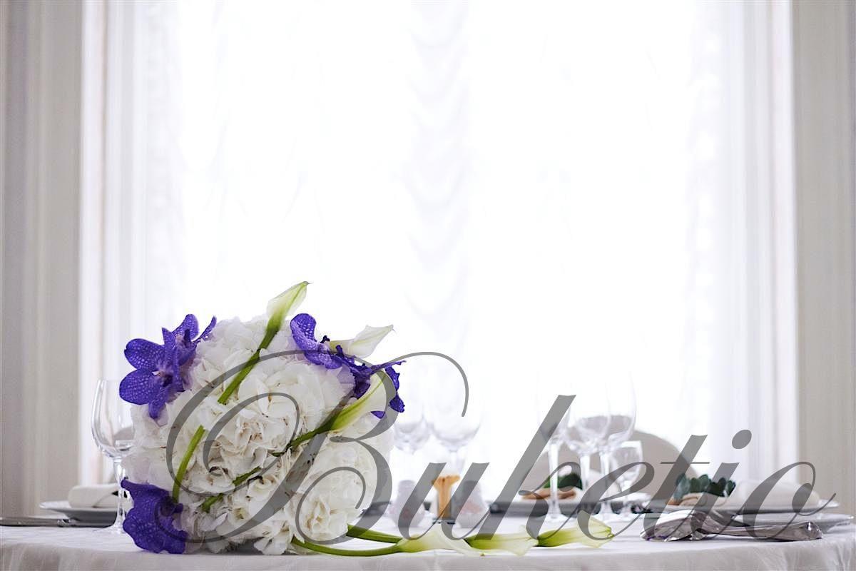 Композиция из гортензии, орхидей и калл на столе молодоженов