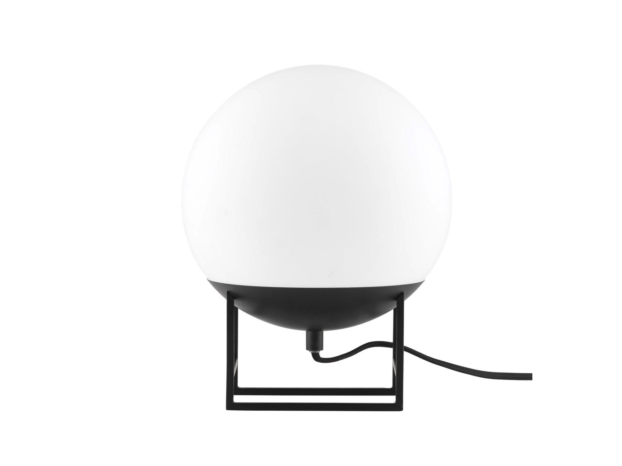 Bordlampen O-light er med et kuleformet lampehode som hviler på et kantet understell – som en svevende ballong som tar seg en hvil. O-light er en lett og grafisk sterk lampe, som gir et mykt og vennlig lys til omgivelsene.