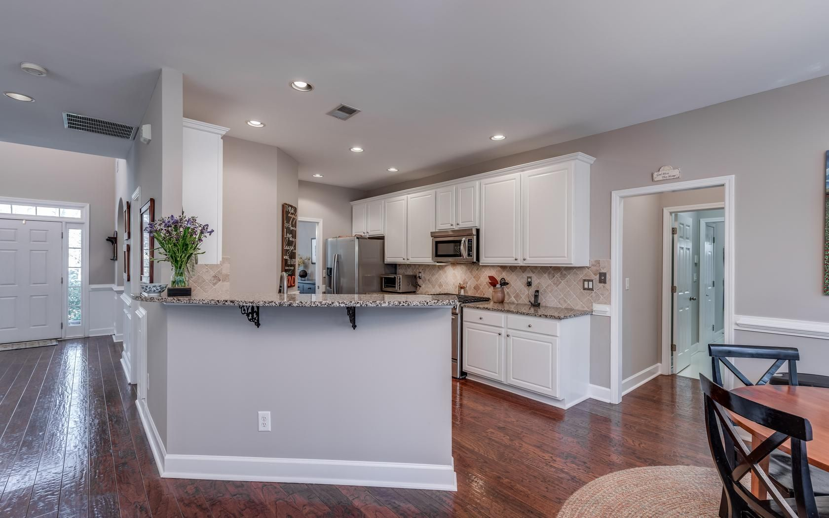 Gorgeous ud hardwood flooring throughout the entire main floor with