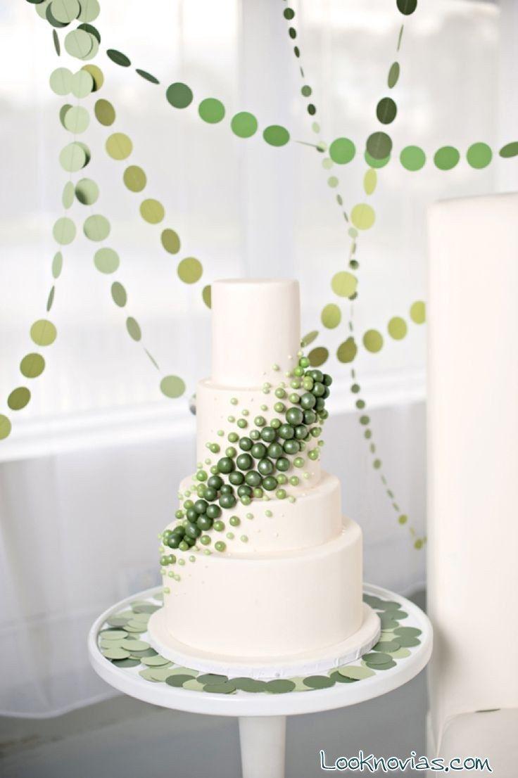 tarta blanca con flores verdes